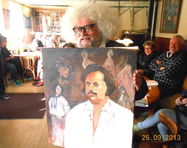 Kunstnmeren SMIL fra Svaneke havde malet et vellignende portræt af Balzac til den nyslåede BALZC-prisvinder. Foto©JørgenKoefoed.