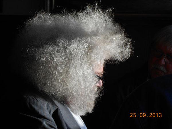 Inge tvivl om, at selv Balzac ville blive misundelig over sådan en hårpragt, som dagens Balzac-rismoidtager kunne præsentere denne dærlige dag på Svaneke Bodega. Foto©JørgenKoefoed.