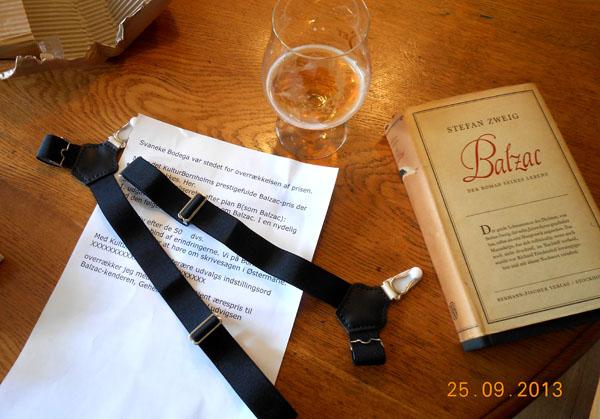 Blzac-pris-gaverne: Et oar sokkeholdere, så Jacob Ludvigsen kan nå lidt op over Balzacs sokkeholdere – samt en 1. udgave af Stefan Zweigs biografi om Honoré Balzac. Foto©JørgenKoefoed.