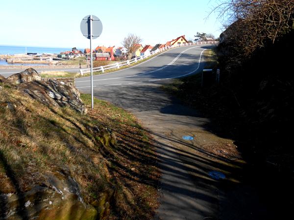 Skovstien fortsætter ned ad serpentinervejen. Foto©JørgenKoefoed.