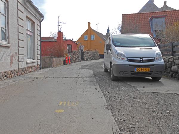 """Løkkegade er 4,7 meter bred - og skal der også være plads til beboernes parkerede biler er der 5,5 meter tilbage til kørende og gående trafik i begge retninger. Så kan man vist godt begynde at synge: 'Sikken voldsom trængsel og alarm"""". Foto©JørgenKoefoed."""