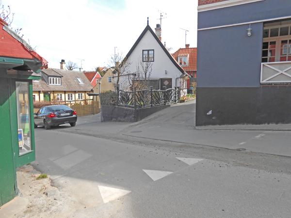 For enden af Løkkegade og Brøddegade venter endnu en stærkt trafikeret gade – Brøddegade/Åbogade, der skal krydses for at komme over til Bryggerstræde. Foto©JørgenKoefoed.
