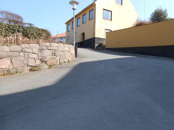 Bryggerstræde munder ud i Telefonbakken op til Lillevang. Måske den stejleste bakke på Bornholm. Her bliver de stakkels cykelister udfordret til den store guldmedalje. Foto©JørgenKoefoed.