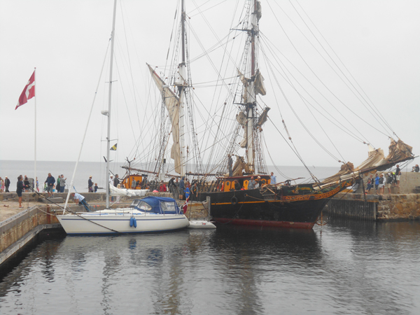 Efter at havnefogeden har fået flyttede de fleste sejlskibe fra Norra Brygge bliver der plads til Tres Hombres' 32 meter. Foto©JørgenKoefoed.