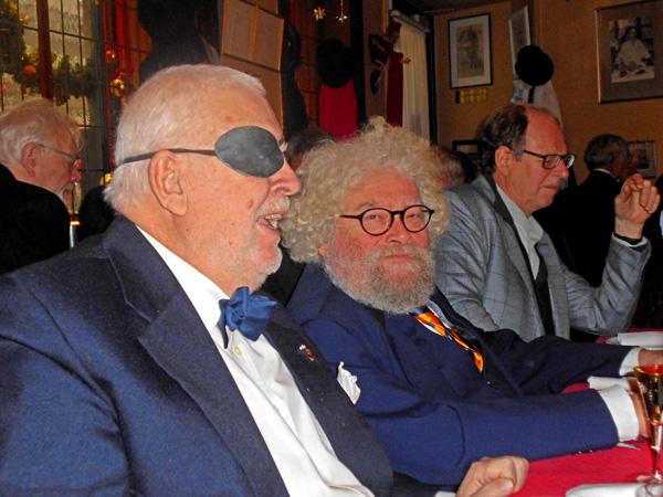 Christian Sørensen er rundet de 80, men det er længe siden han mistede sit øje. Det skete under en trafikulykke. Ganske vist fik han et glasøje, men en dag gjorde det så nederdrægtigt ondt, at øjenlægen besluttede at pille det ud. Derfor klappen. Og så Svikmølle-redaktør J. Ludvigsen og hans gæst journalisten og film-direktøren Karsten Kjær. Foto©JørgenKoefoed.