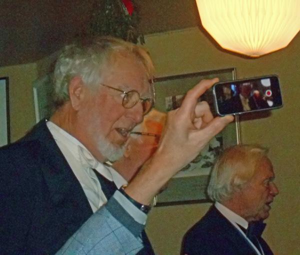 Det var ikke til at komme frem for bare nobiliteter. Her synger brændselshandler og leder af Undergrundsuniversitet Hjortespring Søndagsskole i kan med en liden sang sammen med fire brødre. Den gode Kai kunne i øvrigt fejre sine 80 år på årets første dag. Foto©JørgenKoefoed.