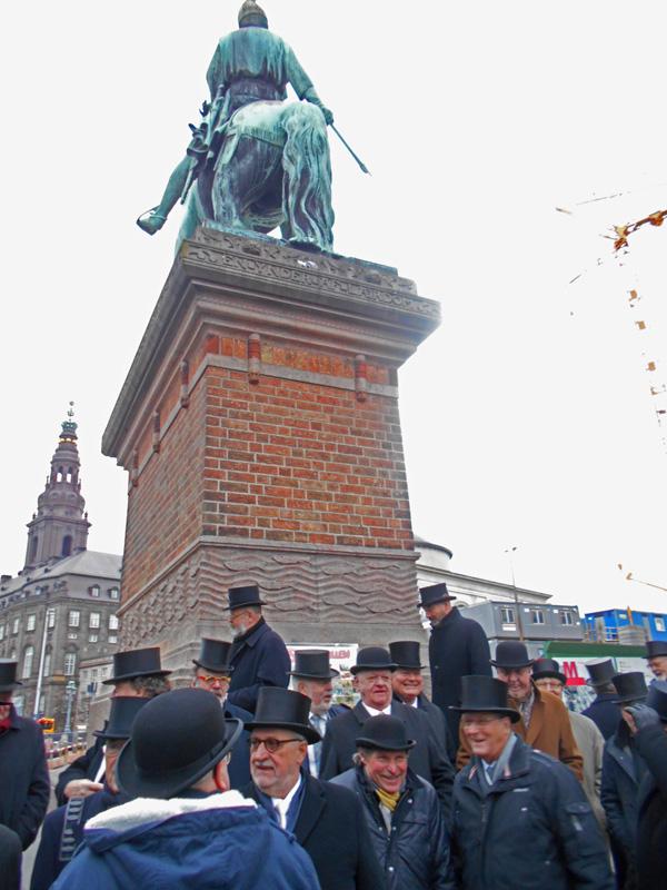 Hatte-myklder foran Memorabilitets 1. vicekansler Absalons hest på Højbro Plads. Foto©JørgenKoefoed.