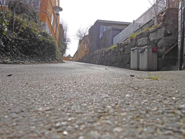 Bryggerstræde er extrem stejl. Kommer du fra Brøddegade, må du trække din cykel op, hvis du har kræfter nok. Kommer du fra Melsted, er det en god idé at iføre sig styrthjem samt knæ- og albuebeskyttere. Foto©JørgenKoefoed.